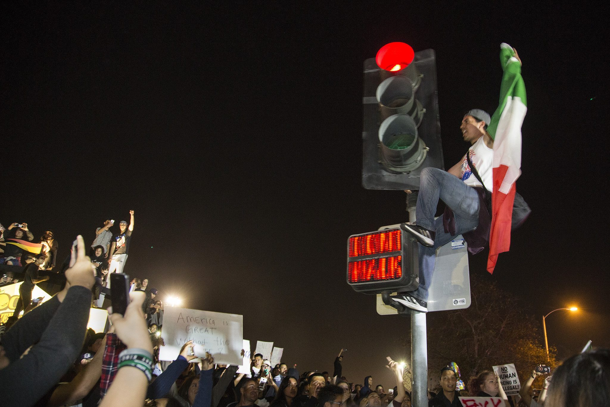 la-me-ln-anti-trump-protests-mexican-flag-20160429
